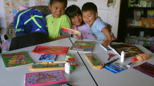 Niños de Purulhá reciben útiles escolares a cambio de ecoladrillos