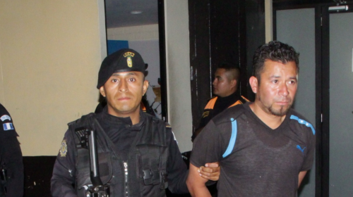 Detienen a pareja que llevaba un bebé y portaba arma de forma ilegal