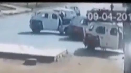 Pilotos de mototaxi acorralan a automovilista, pero el conductor huye