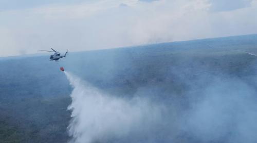 El helicóptero hondureño que ayuda a sofocar los incendios de Petén