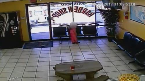Video aterrador: niña se salva de morir en tiroteo a peluquería