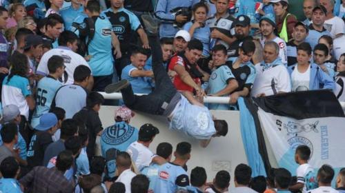 Muere el aficionado de fútbol que fue lanzado desde una tribuna