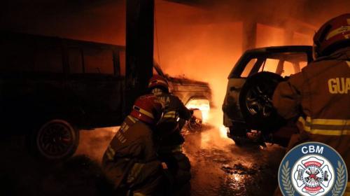 Incendio destruye una vivienda, vehículos y motos en la zona 10
