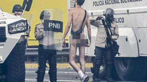 Nicolás Maduro se burla del manifestante que se desnudó en Venezuela