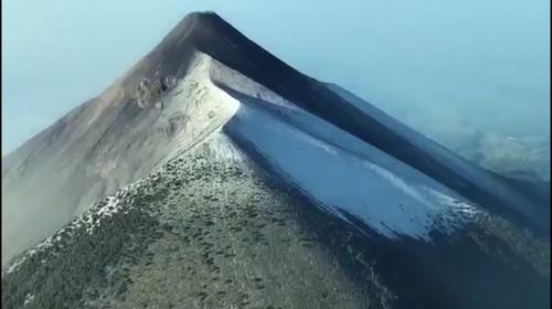 Graban desde las alturas al volcán de Fuego cubierto por nieve