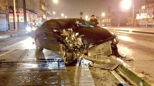 Abandona su carro tras derribar un semáforo en la avenida Bolívar
