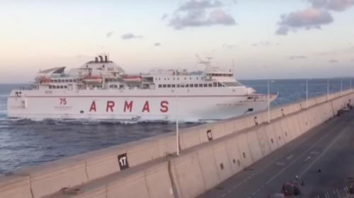Un barco con 140 personas a bordo se estrella contra un muelle
