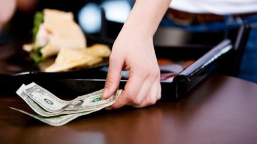 Generosa propina de un hombre sorprende a empleados de restaurante