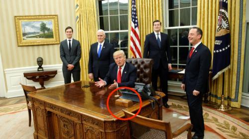 ¿Para qué sirve el botón rojo que Donald Trump tiene en su escritorio?