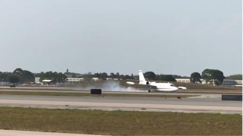 Piloto hace una peligrosa maniobra para aterrizar avión sin una rueda