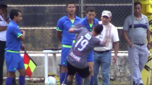 Polémica: futbolista asegura que árbitro lo agrede luego de expulsarlo