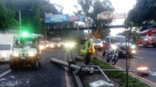 Derriban poste en bulevar Liberación y afecta tráfico hacia zona 9