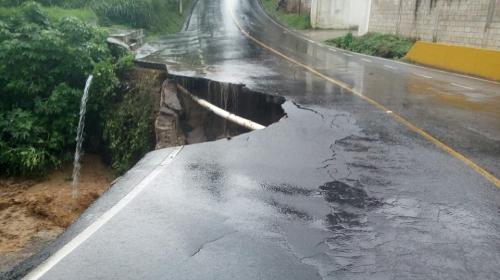 Cierran paso en Santa Catarina Pinula por hundimiento en carretera