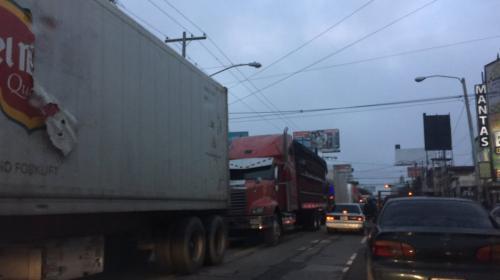 ¡Caos en ruta al Atlántico! Cola de camiones llega al Periférico