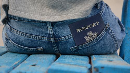 La curiosa fotografía del pasaporte de una joven, que se hizo viral
