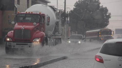 Fuerte lluvia con granizo sorprende a capitalinos
