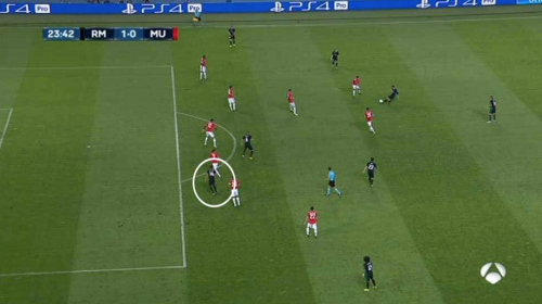 Real Madrid tiene ventaja con un gol polémico sobre Manchester United
