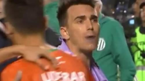 Jugador de fútbol se pelea con los aficionados en pleno partido