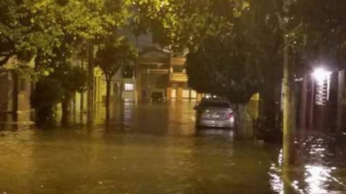 ¡Caos en la ciudad! Fuerte lluvia provoca derrumbes e inundaciones