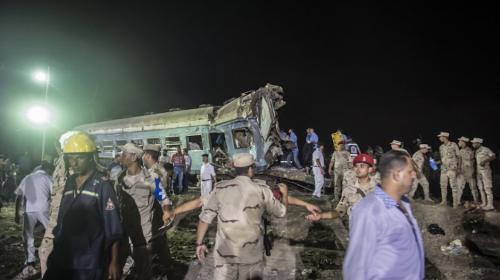 36 muertos y un centenar de heridos deja choque de trenes en Egipto
