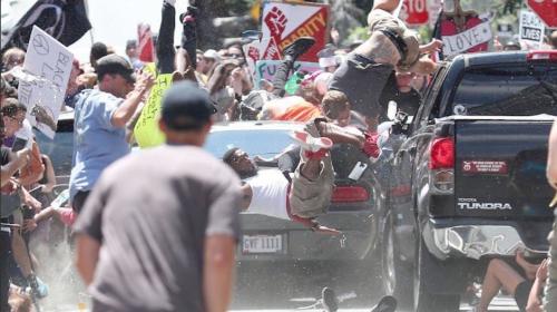 Vehículo atropella a manifestantes y deja un muerto y 19 heridos