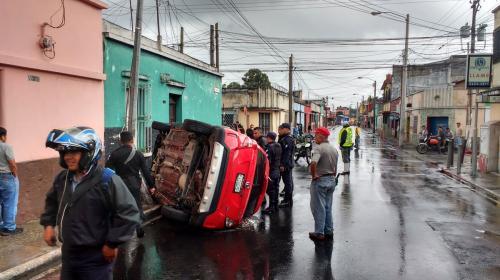 Accidente de tránsito deja un vehículo volcado en la zona 5