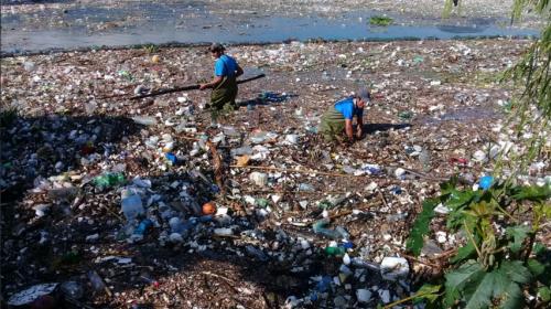 Lluvias continúan llevando basura al lago de Amatitlán