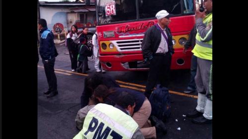 Conductor de autobús atropella a un agente de la PMT