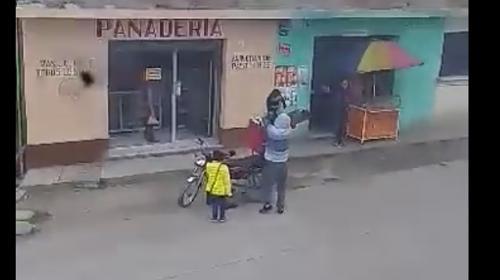 Indignación: hombre transporta a su hijo en la cajuela de su moto