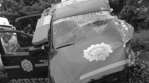 Patrulla choca contra un camión y deja dos policías fallecidos