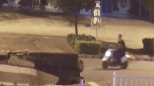 Motorista cae en un enorme hundimiento por ver su celular al conducir