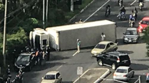 Accidente en carretera a El Salvador: camión volcado bloquea ruta