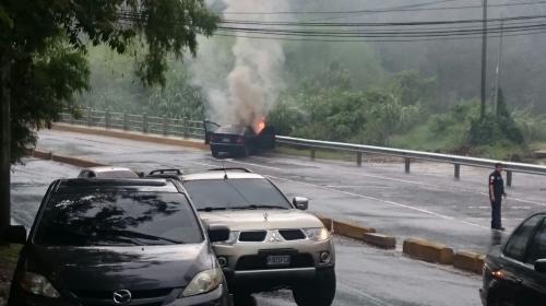 Vehículo choca y se incendia en la zona 16