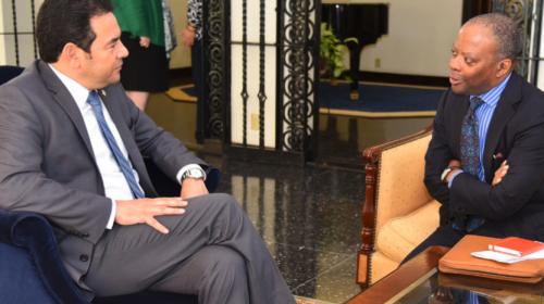 Jimmy participa en una reunión privada con la Embajada de EE. UU.
