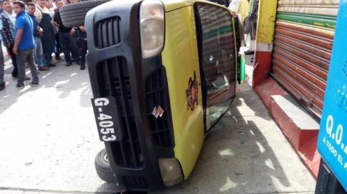 La molestia de un taxista provocó que una turba volcara carro de PMT