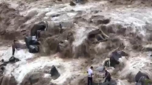 Impresionante rescate de hombre atrapado en un río en Villa Nueva
