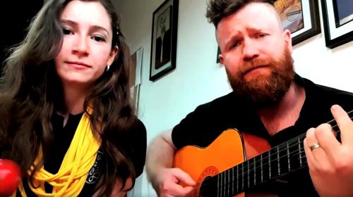 Emprendedores invitan a Arjona a su restaurante entonando una canción