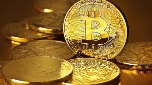 """Bitcoin rompe récord de $15 mil y """"hackers"""" roban $71 millones"""