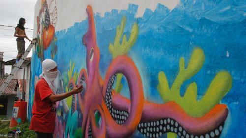 Artistas rescatan con sus pinturas los muros del puente de Río Dulce