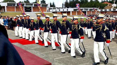 """Condecoran a cadetes """"por defender la bandera"""" durante manifestaciones"""