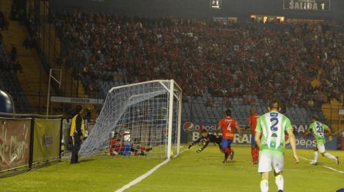 Gol de Antigua GFC a los Rojos, ¿entró la pelota o no?