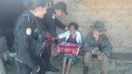 El noble gesto de un grupo de policías con dos ancianos en Jutiapa