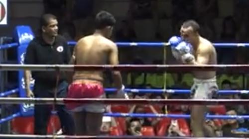 Luchador recibe un brutal codazo que le hunde el cráneo