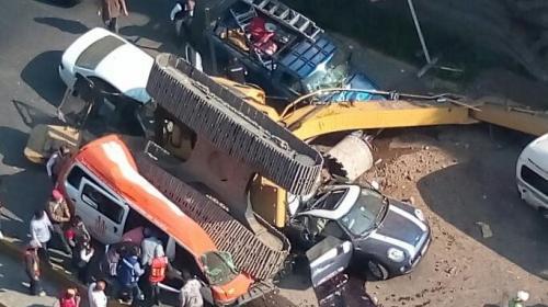 Dos muertos tras la caída de una retroexcavadora sobre seis vehículos