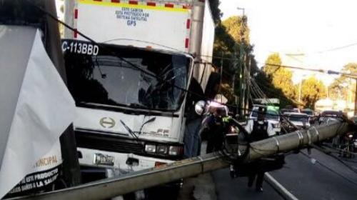 Camión derriba poste en ruta a El Salvador en dirección hacia zona 10