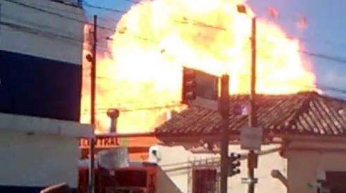 Video: fuerte explosión durante un incendio en una taquería en Jalapa