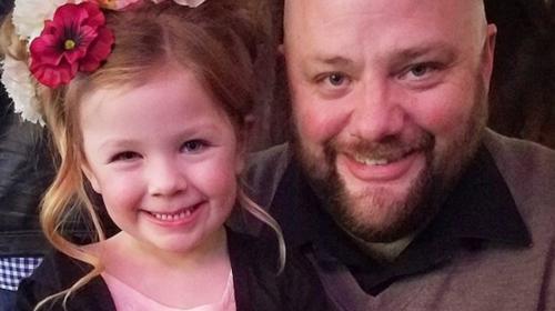 Este papá sorprende por su habilidad para hacerle trenzas a su hija
