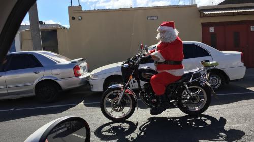 """Un """"Santa Claus"""" motorizado transita por la zona 12 capitalina"""