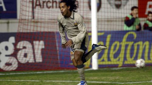 Este niño copia una de las joyas de gol de Ronaldinho
