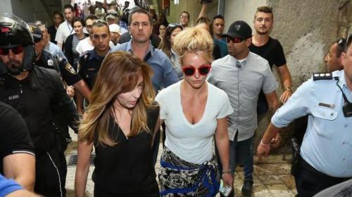 Britney Spears enloquece a fans en su visita al Muro de los Lamentos